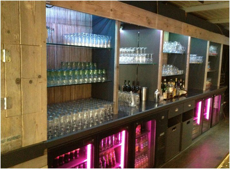 Complete cafe restaurant inrichting van steigerplanken.
