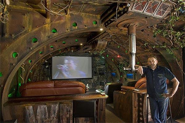 woonkamer in steampunk stijl verbouwd met sloophout en veel roestig materiaal